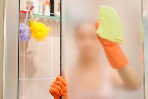 Satinierte Duschwand reinigen