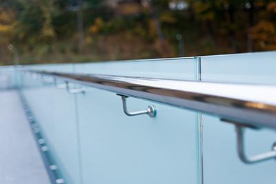 Glastrennwand als Sichtschutz für Garten und Terrasse