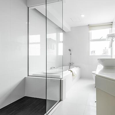 Glas Duschwand und Duschabtrennung zur Badewanne