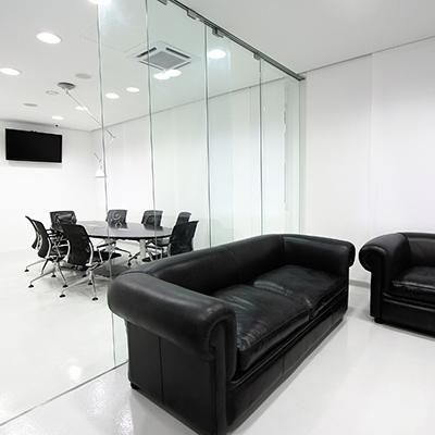 Glastrennwand als Raumteiler im Büro