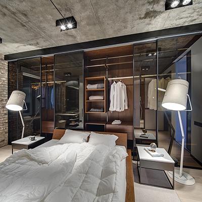 Glastrennwand zwischen Schlafzimmer und Ankleidebereich