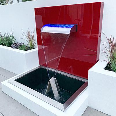 Kunststoffplatten in Rot als Wandverkleidung für Brunnen
